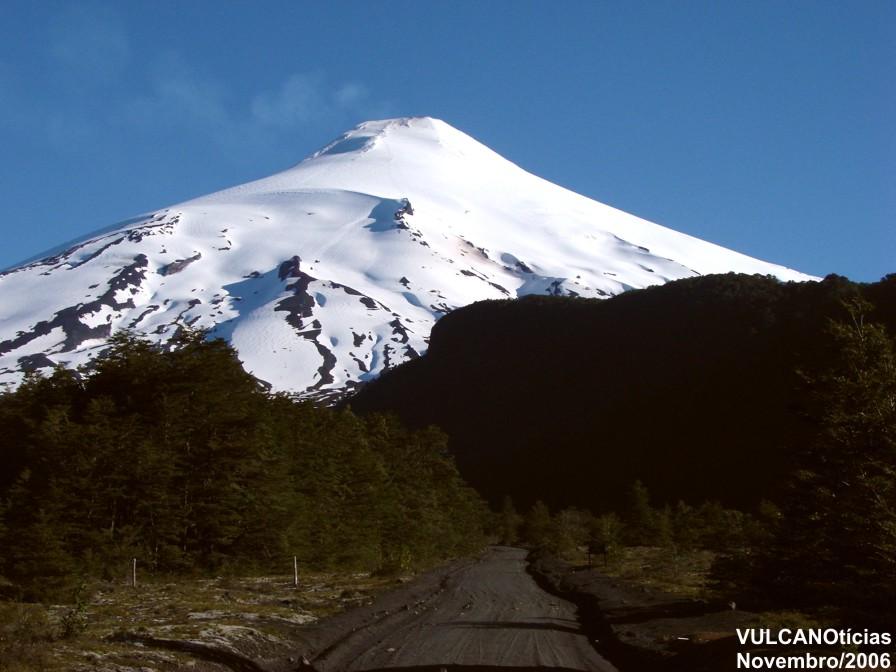 O vulcão Villarrica (Chile) é outro exemplo de edifício vulcânico construído sobre litosfera continental.