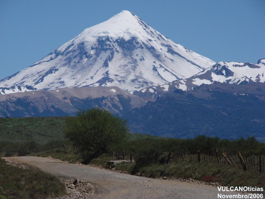 O vulcão Lanin (Argentina) é um exemplo de edifício vulcânico construído sobre litosfera continental.