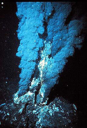 Chaminés vulcânicas expelindo soluções quentes de cores escuras. Fonte: National Oceanographic and Atmospheric Administration (NOAA)