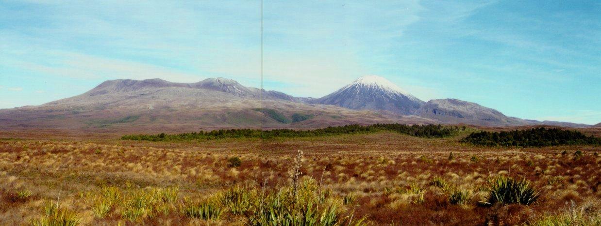Vulcões Tongariro (à esquerda) e Ngauruhoe (à direita)