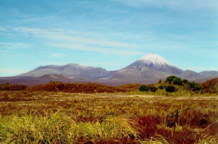 """Vulcões Tongariro (à esquerda) e Ngauruhoe (à direita). Note o pequeno """"cinder cone"""" a médio plano, à esquerda."""