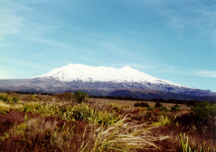 Vulcão Ruapehu. Observar a ampla região do cume da montanha coberto por neve.