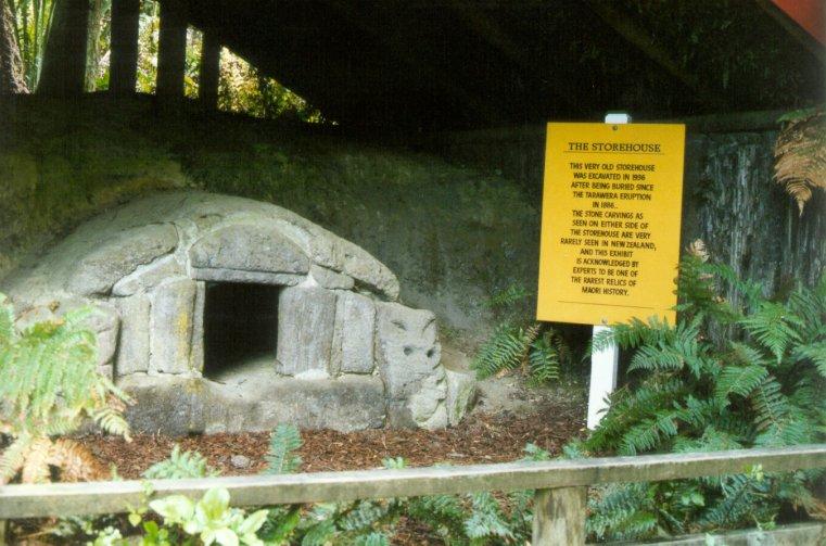 Construção soterrada pela erupção de 1886 e posteriormente escavada em 1936